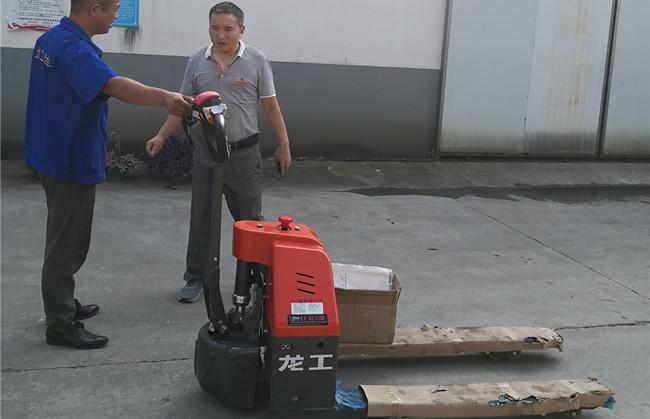 为什么他会一次性采购十台龙工电动搬运车呢?